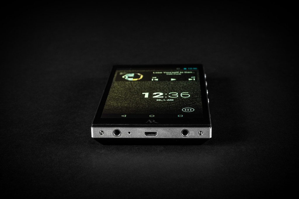 Digital Audio Player Acoustic Research AR-M2. Der AR-M2 bietet einen Kopfhörer- sowie einen Line-Ausgang. Über die Micro-USB-Buchse ist Datenübertragung, Stromversorgung oder Speichererweiterung per USB-Flashspeicher möglich.