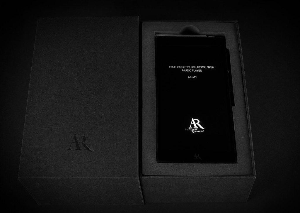 Digital Audio Player Acoustic Research AR-M2. Der AR-M2 kommt edel verpackt daher und beweist bereits mit dem schick-spartanischen Hochfahrbildschirm Stil.