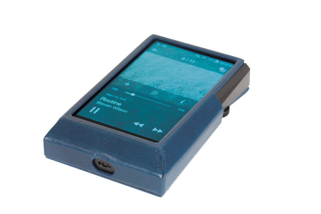 Digital Audio Player von Astell&Kern Modell AK 300. Die mitgelieferte Kunstlederschutzhülle verbessert das Tragegefühl.