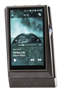 Digital Audio Player von Astell&Kern Modell AK 300. Der AK Amp wird mit dem AK Player verschraubt.
