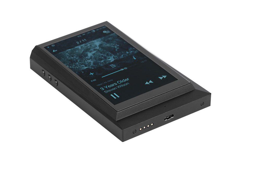 Digital Audio Player von Astell&Kern Modell AK 300. Über den 4-poligen Anschluss wird der Player mit Dockingstation oder Amp verbunden. Die Micro-USB-Schnittstelle erlaubt die Verbindung mit dem Computer sowie die Akkuaufladung via USB-Netzteil.