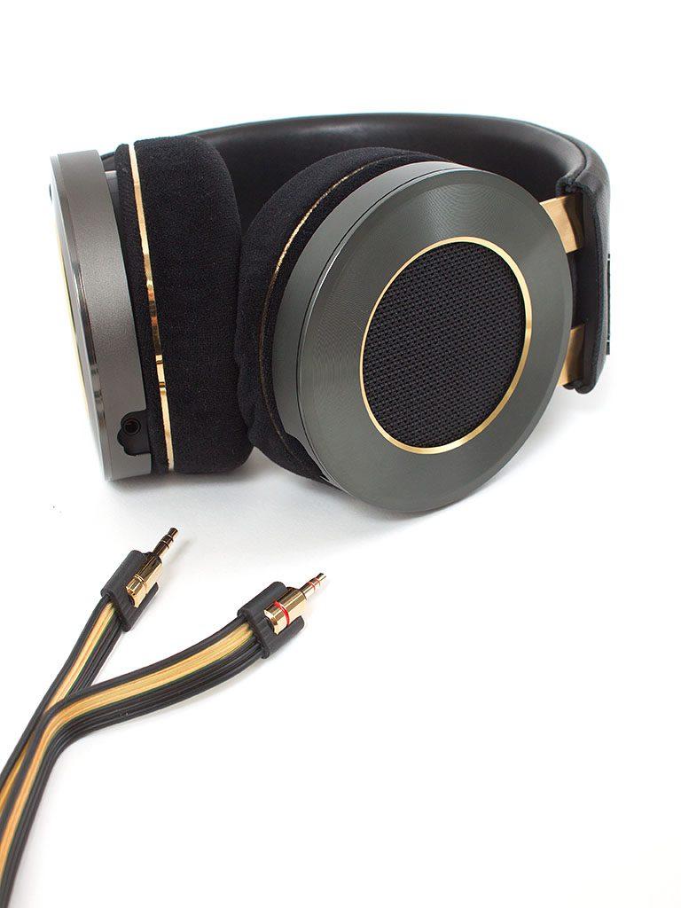 Das drei Meter lange, abnehmbare Flachbandkabel lässt sich leicht mit Steckverbindung am Kopfhörer befestigen.
