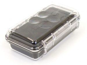 Die durchsichtige Kunststoffbox bietet in Kombination mit der inneren Schaumstoffform perfekten Schutz für die In Ears.