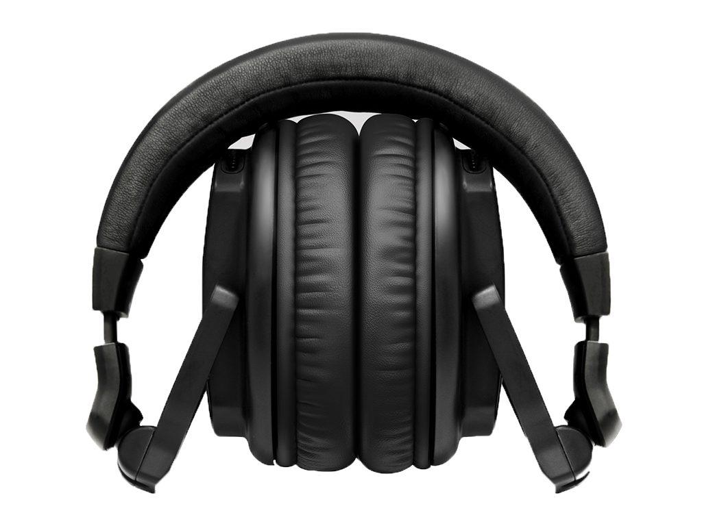 Die außerordentliche Drehbarkeit der beiden Hörmuscheln des Pioneer DJ HRM-5 dient zur einfachen Verstauung des Kopfhörers.