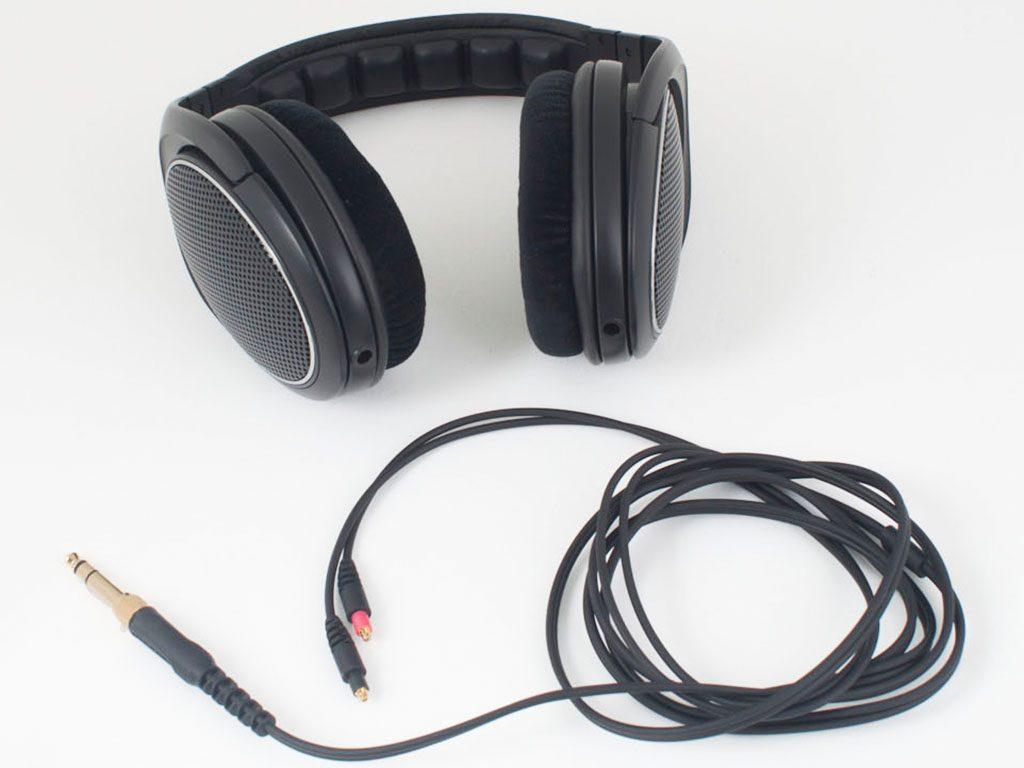 Das Kabel des SRH1440 ist beidseitig geführt, lässt sich Abnehmen und praxisgerecht wahlweise an die linke oder die rechte Ohrmuschel stecken.