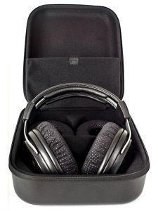 Die praktische Transportbox bietet Platz für den Kopfhörer, zwei abnehmbare Kabel, Ersatzohrpolster und einen 6,3 mm Klinkenadapter.