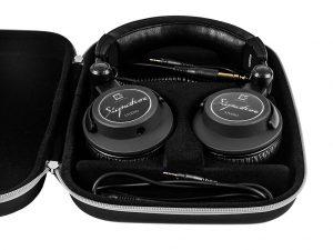 Im praktischen Hardcase finden der Kopfhörer und beide Kabel Platz und sind gut geschützt.