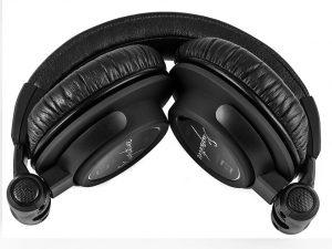 Die Ohrmuscheln lassen sich komplett einfalten – damit wird der Kopfhörer gleichermaßen geschützt und platzsparend verstaubar.