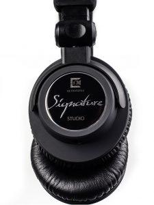 Edel: Das Signature Studio Logo wird von einer kratzfesten Sicherheitsglasscheibe geschützt.