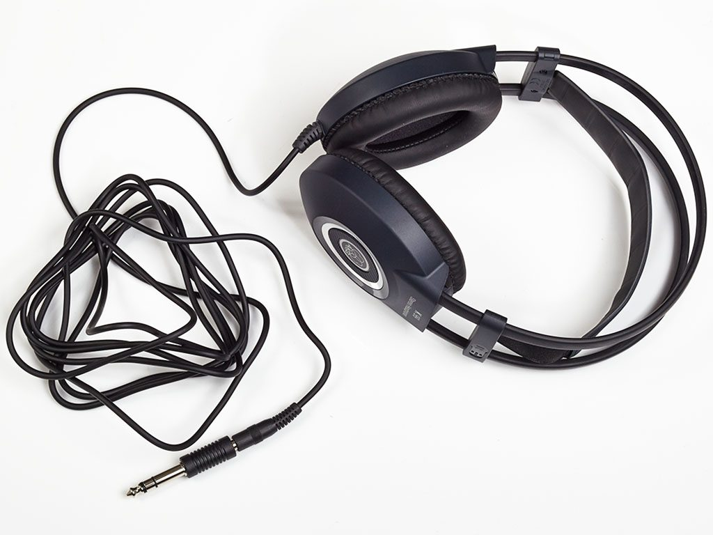 Der K99 Perception verfügt über leicht zu reinigende Kunstleder-Ohrpolster mit Kardanaufhängung und hat ein 3 m langes, einseitig geführtes Kabel.