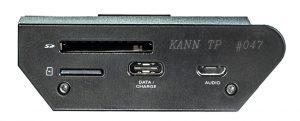 Digital Audio Player von Astell & Kern Modell KANN. Auf der Unterseite bietet der KANN Slots für je eine SD- und MicroSD-Karte, eine USB C-Schnittstelle zum schnellen Laden oder Datenübertragen, sowie eine Micro-USB-Schnittstelle als digitaler Audio-Ausgang.