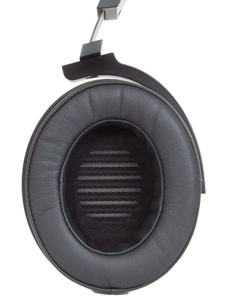 Der EL-8 ist ein geschlossener, ohrumschließender Kopfhörer mit robust wirkenden Titan-Hörmuscheln.