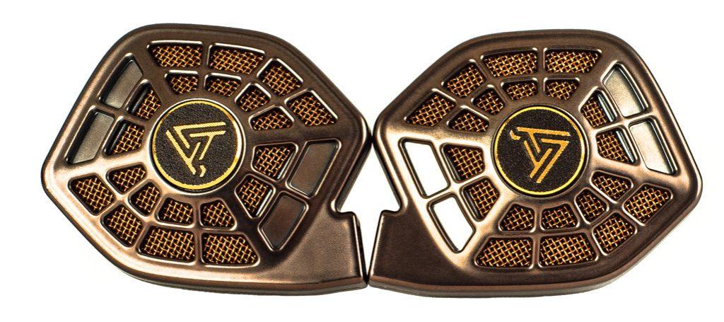 Kopfhörer von Audeze Modell iSine20. Zwischen den beiden Metallgittern des Audeze schwingt eine höchst filigrane Membran. Der Durchmesser des Wandlers ist für einen In-Ear-Kopfhörer mit 30mm außergewöhnlich groß.