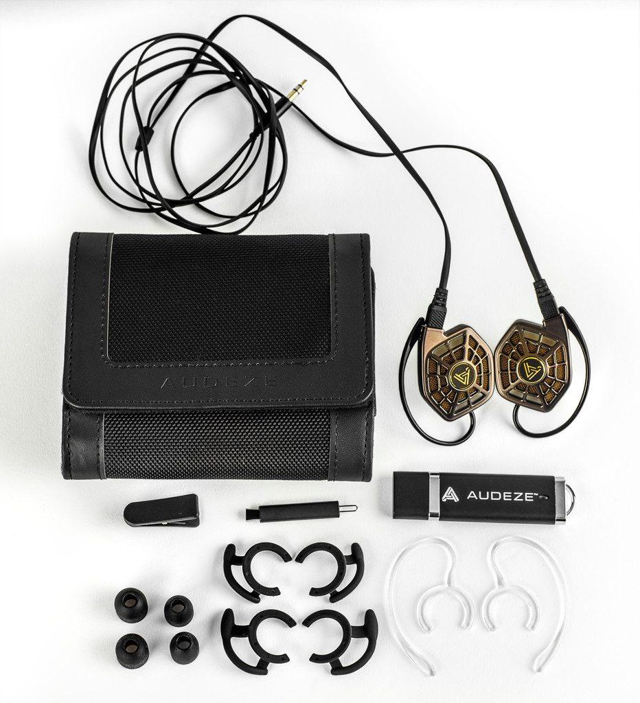 Kopfhörer von Audeze Modell iSine20. Der komplette Lieferumfang des iSine20, inkl. Nylonbag, austauschbarem Kabel und Ohrklammern. Verzichtet wurde auf den 6,3mm-Adapter.