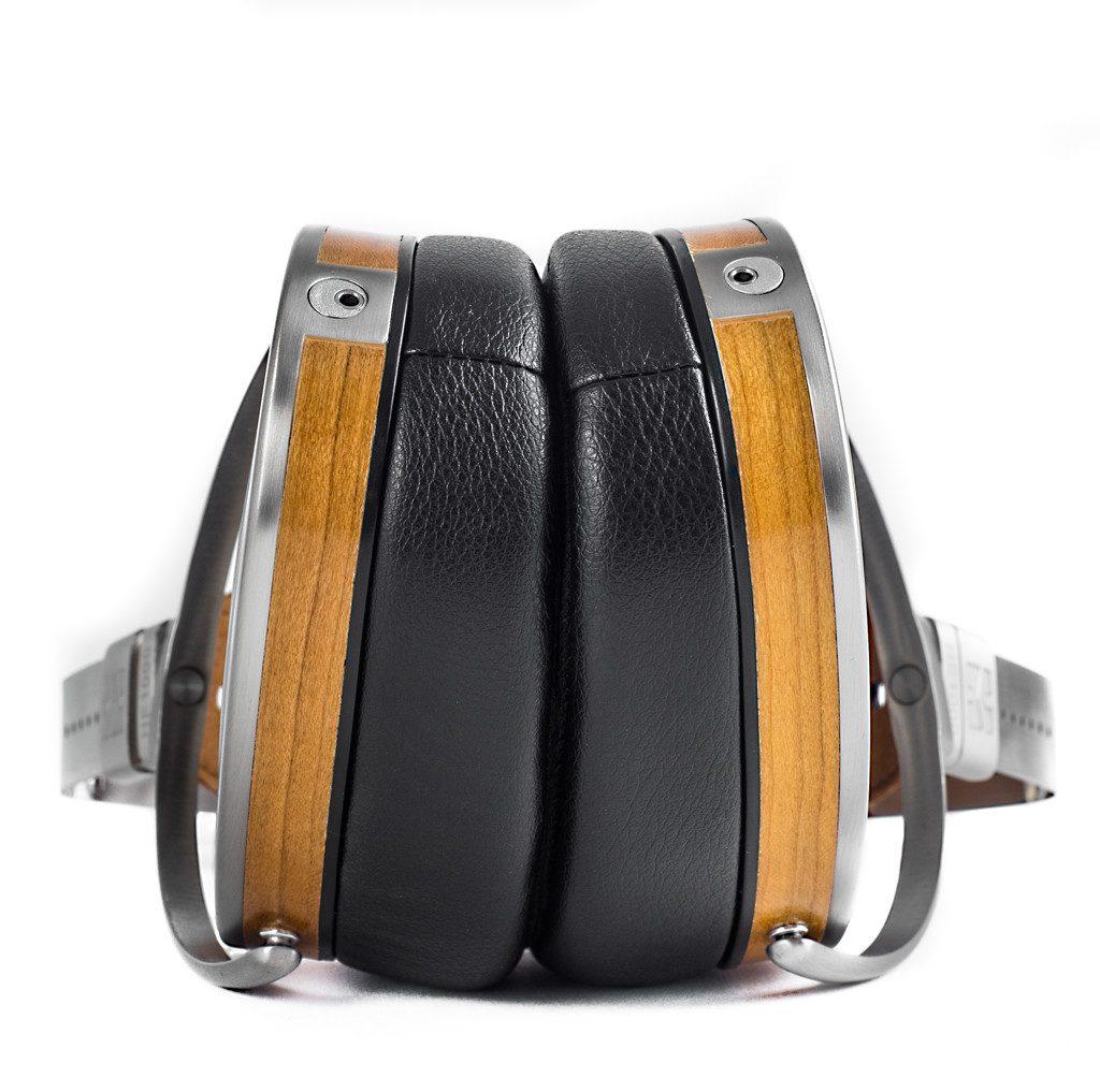Kopfhörer von HIFIMAN Modell HE 1000 V2. Die Holzgehäuse sind breiter als beim Vorgänger, so dass die Membran näher am Gehörgang liegt. Zudem sind die neuen Ohrpolster asymmetrisch aufgebaut.