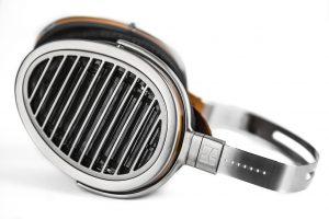 Kopfhörer von HIFIMAN Modell HE 1000 V2. Der Verstellmechanik wurden einige zusätzliche Raststufen spendiert. Damit sitzt der HE1000 V2 fest auch auf sehr kleinen oder großen Köpfen.