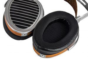 Kopfhörer von HIFIMAN Modell HE 1000 V2. Statt plüschigem Velours wird für die Auflagefläche der Ohrpolster nun glattes, leicht zu reinigendes Polyester verwendet.