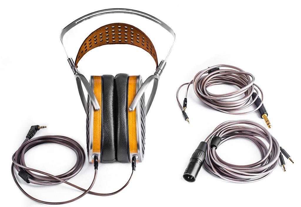 Kopfhörer von HIFIMAN Modell HE 1000 V2. Die neuen Kabel des HE1000 V2 sind ein echtes Highlight. Die neue Ummantelung ist gleichzeitig flexibel und robust.