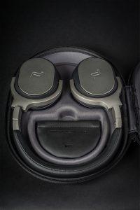 Kopfhörer von KEF Porsche Design Modell Space One. In der praktischen und robusten Transportbox finden Kopfhörer, Kabel und Flugzeugadapter Platz.