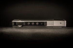 Digital Audio Player von iBasso Modell DX200. Der Drehregler für die Lautstärke ist geschützt montiert.