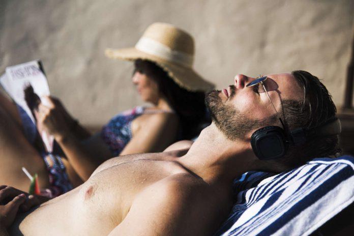 Musikhören am Strand