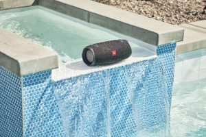 JBL Xtreme 2 Midnight_Black_Pool_09_165_1500x1000
