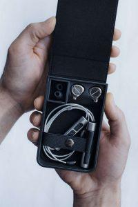 beyerdynamic Xelento Wireless _17-05_case-hand-open_v1_1001x1500