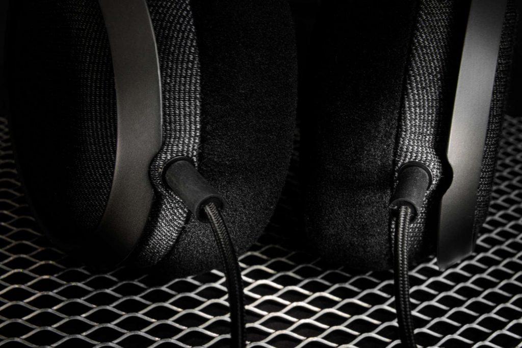 Das Stoff-ummantelte Kabel lässt sich abnehmen und bei Bedarf gegen die symmetrische Variante tauschen (im Lieferumfang).