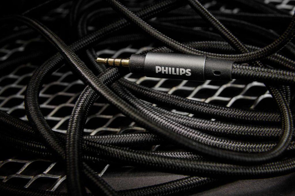 Der 2,5 mm Klinkenstecker des symmetrischen Kabels verbindet den neuen Philips Hi-Res Kopfhörer mit einem hochwertigen Audioplayer.